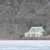 ある湖畔の家