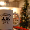 ハンバーガーショップとクリスマスツリー