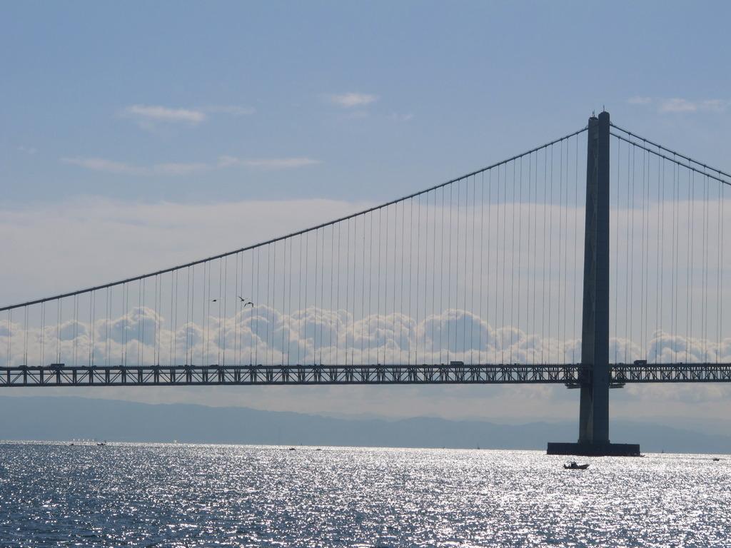 明石海峡大橋と雲