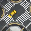 交差点と黄色い車