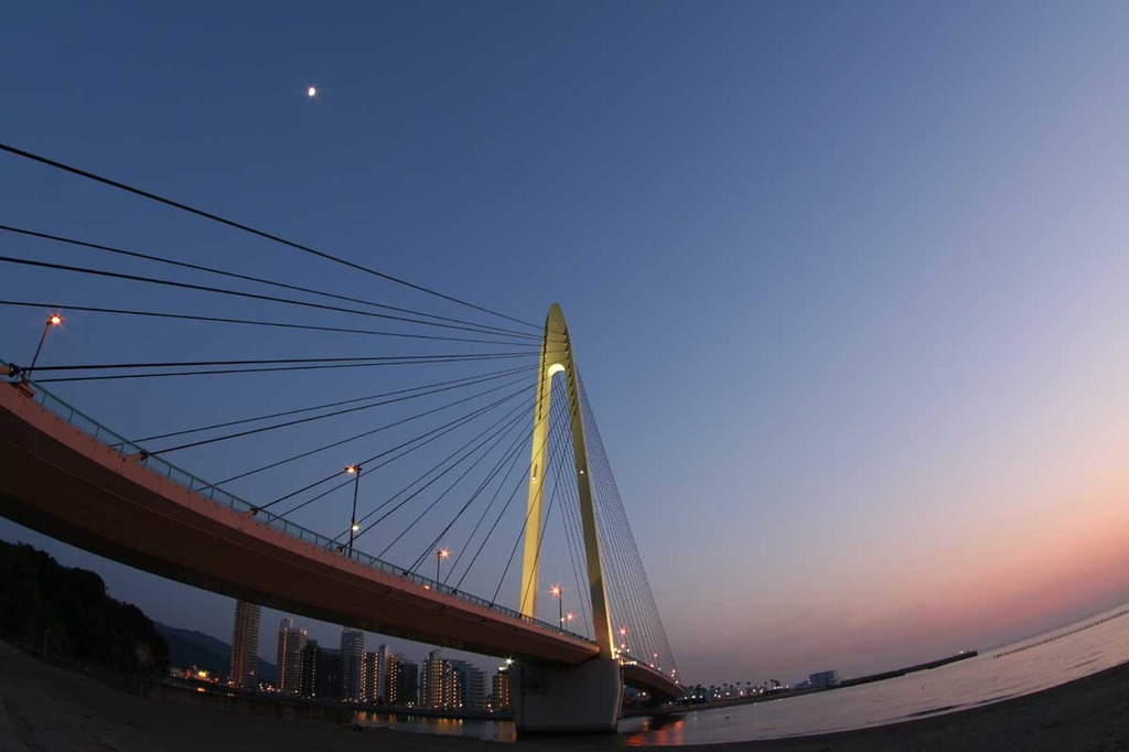 サンブリッジと月と夕焼け