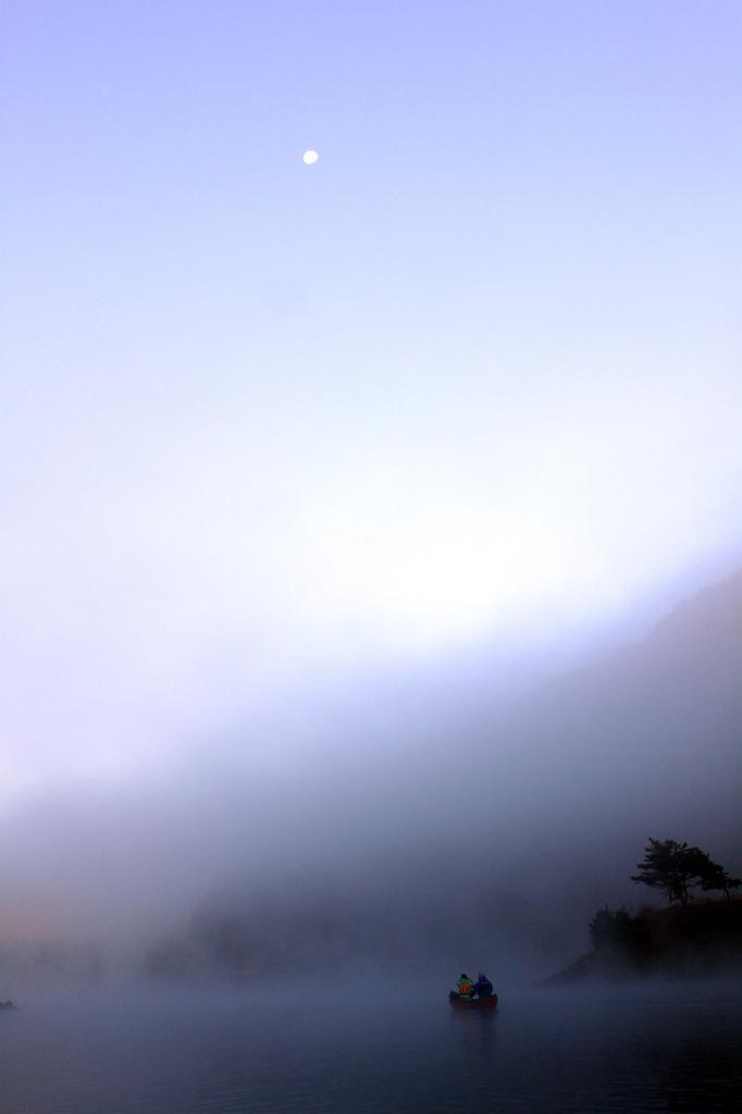 月と朝霧とカヌー