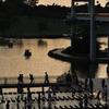 夕暮れの水辺に集る人々