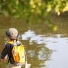 男の子と池