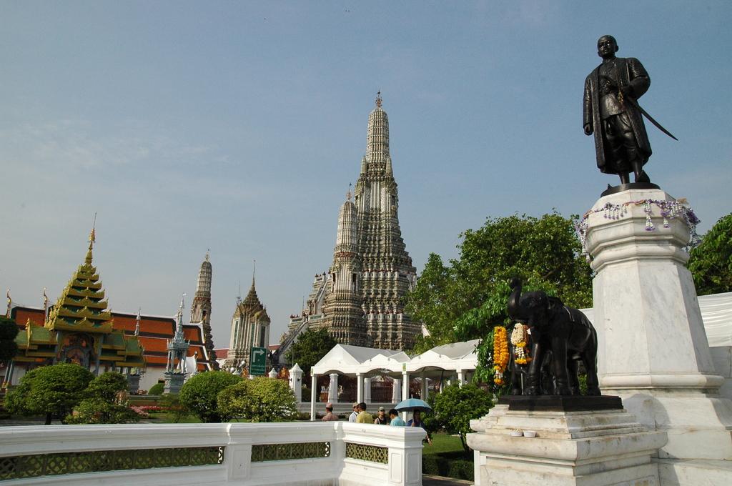 ワット・アルンと銅像