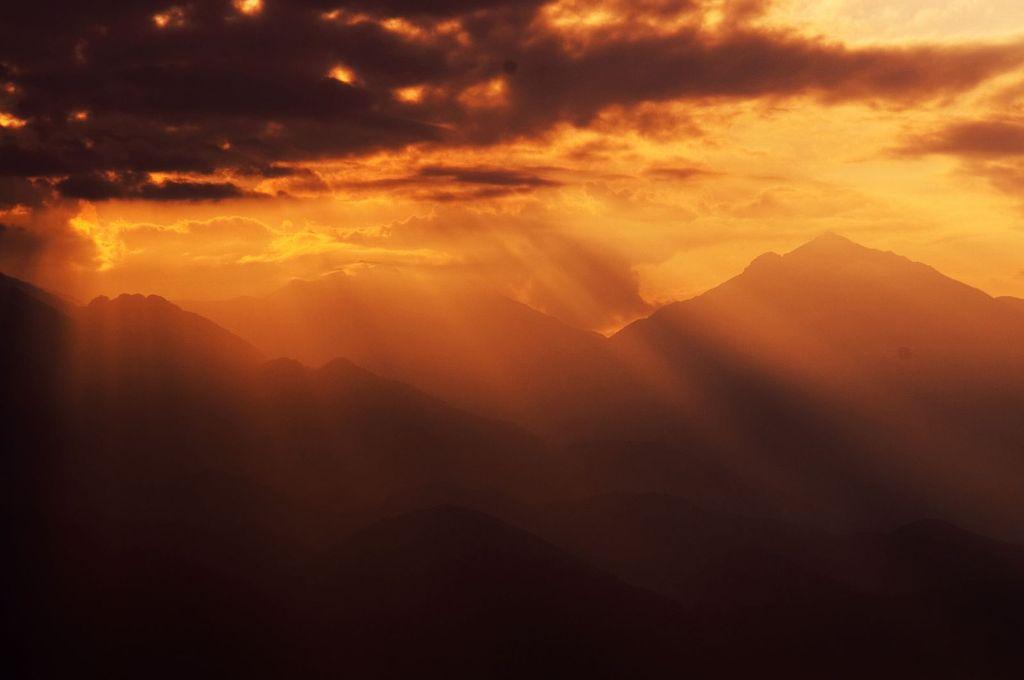 山に差す光