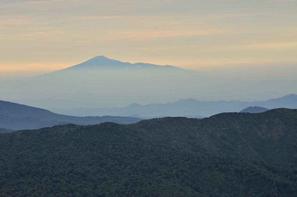 大深沢展望台より鳥海山を望む