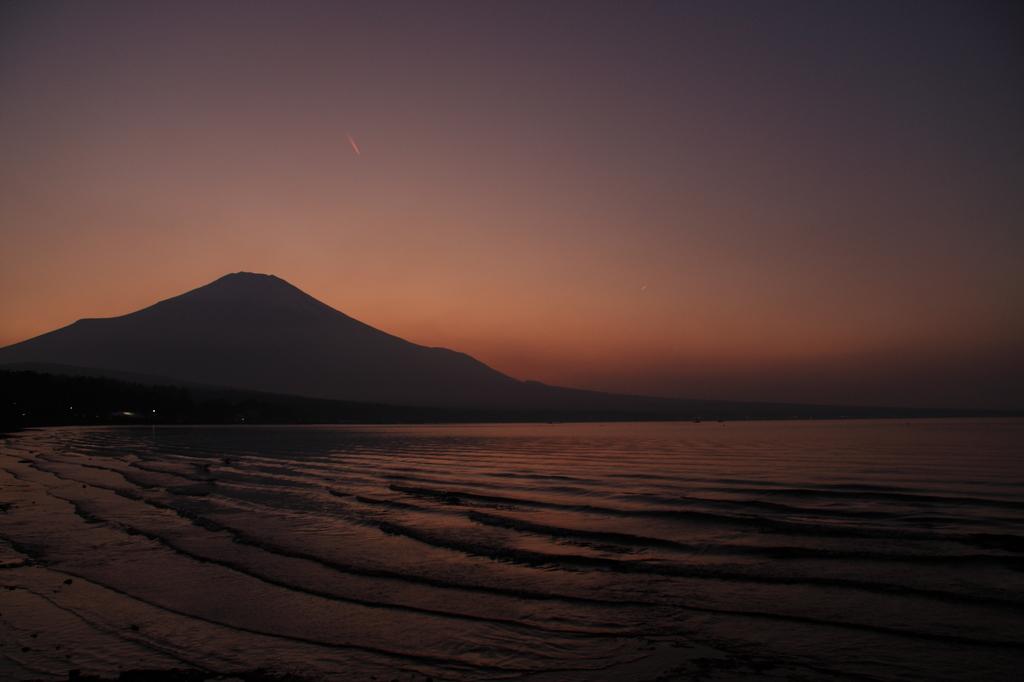 富士山と湖波