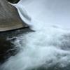 滑降するダム水