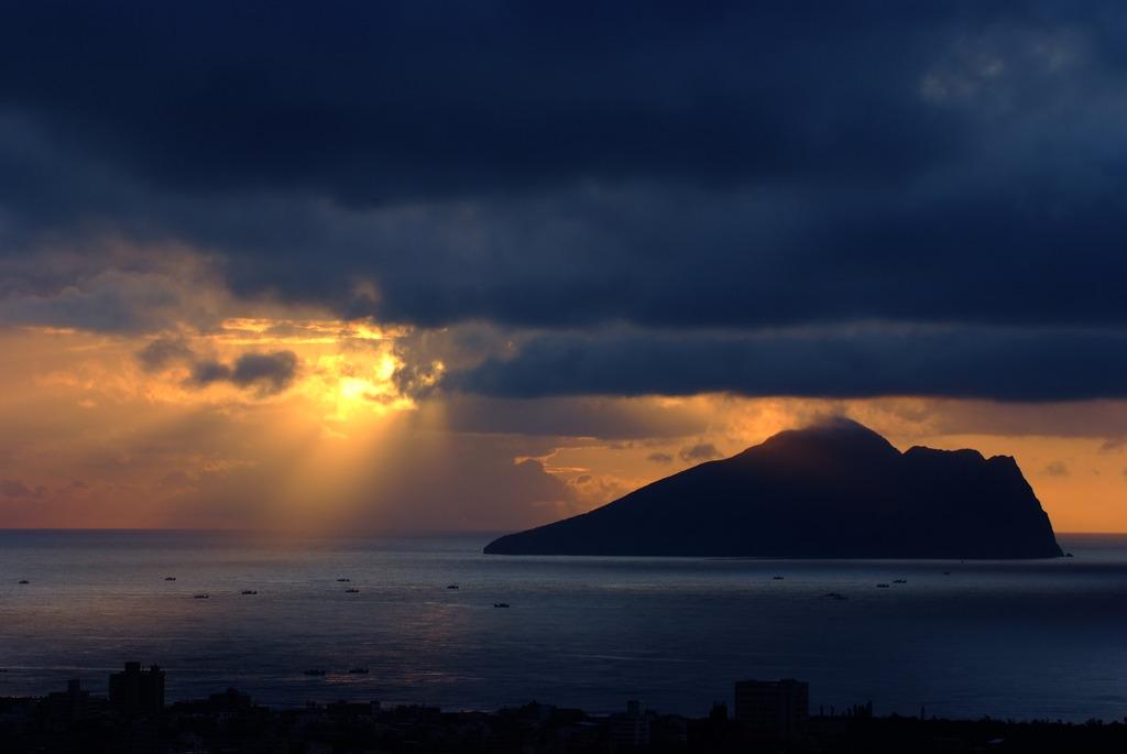 台灣宜蘭龜山島-天光乍現