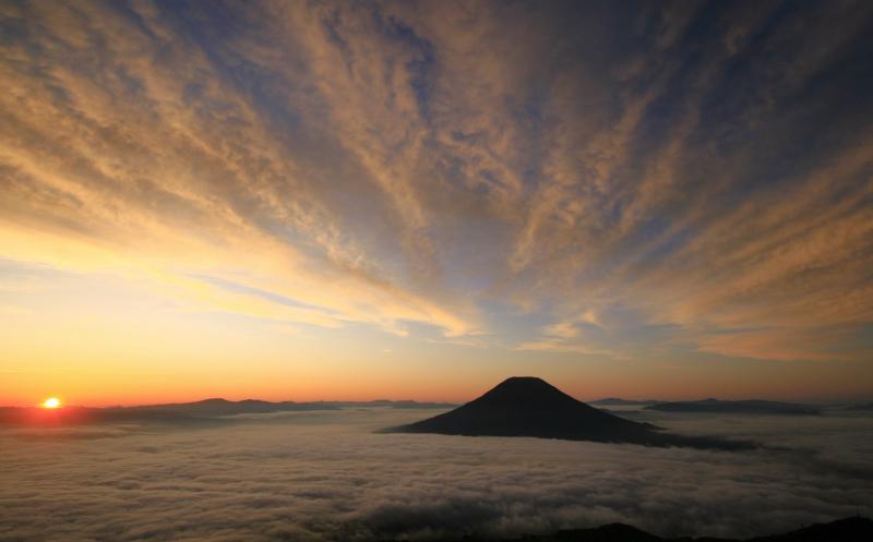 雲上の朝焼け 蝦夷富士