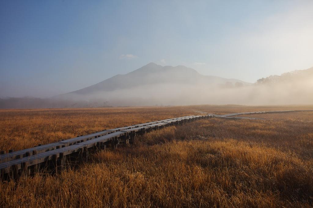 朝霧の尾瀬ヶ原(霧に浮かぶ燧ヶ岳)