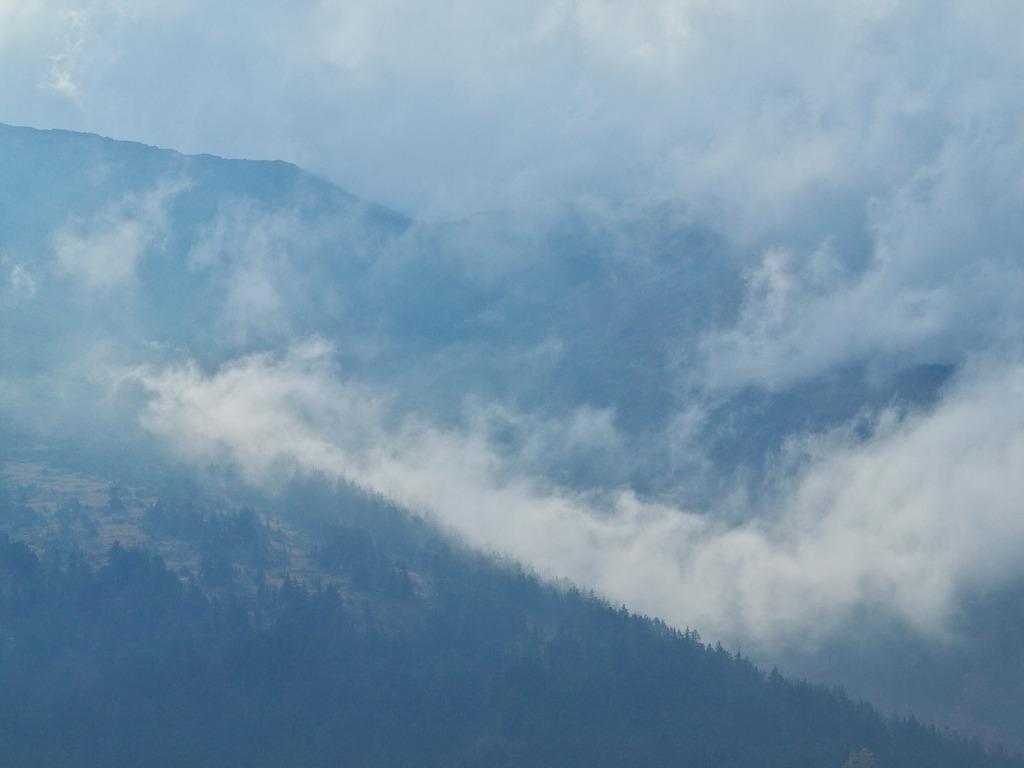 晩秋の尾瀬ヶ原ー雲わきたつ至仏山