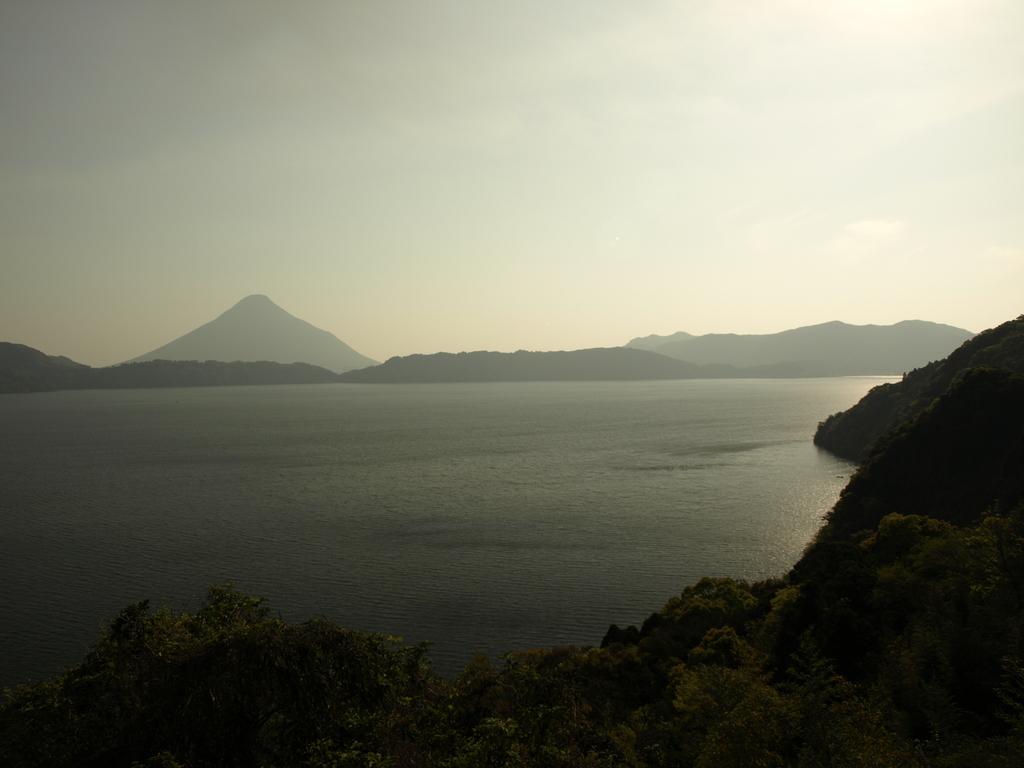 池田湖から開聞岳を望む