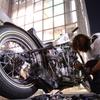 渋谷のど真ん中でバイクが壊れて修理するの図