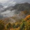 紅葉と山並