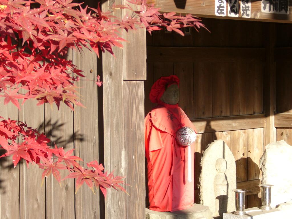 紅葉の地蔵尊
