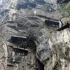 断崖絶壁の棺桶群