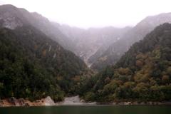 深まりゆく秋、黒部湖より