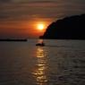漁船と朝日