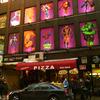 ミッドタウンの漫画専門店。すすけたマンハッタンでやけに浮かれた看板ではある。