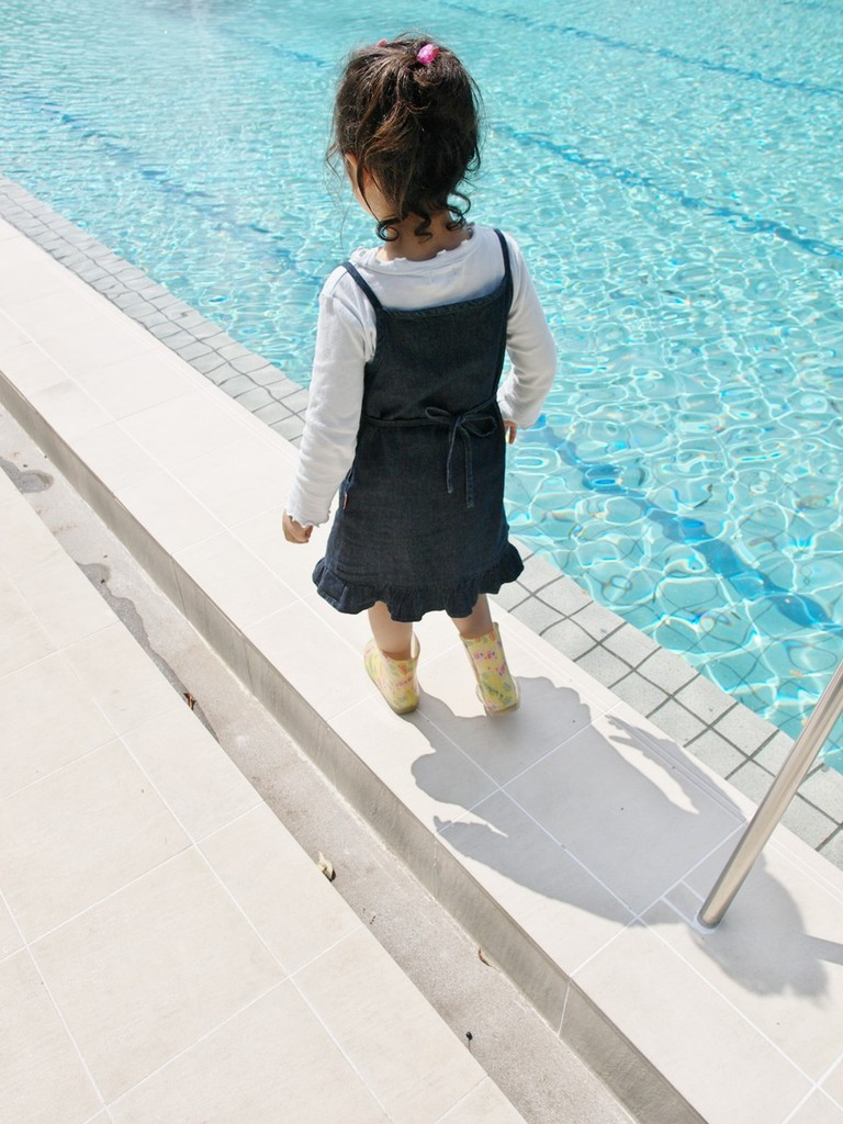 プールサイドを歩く
