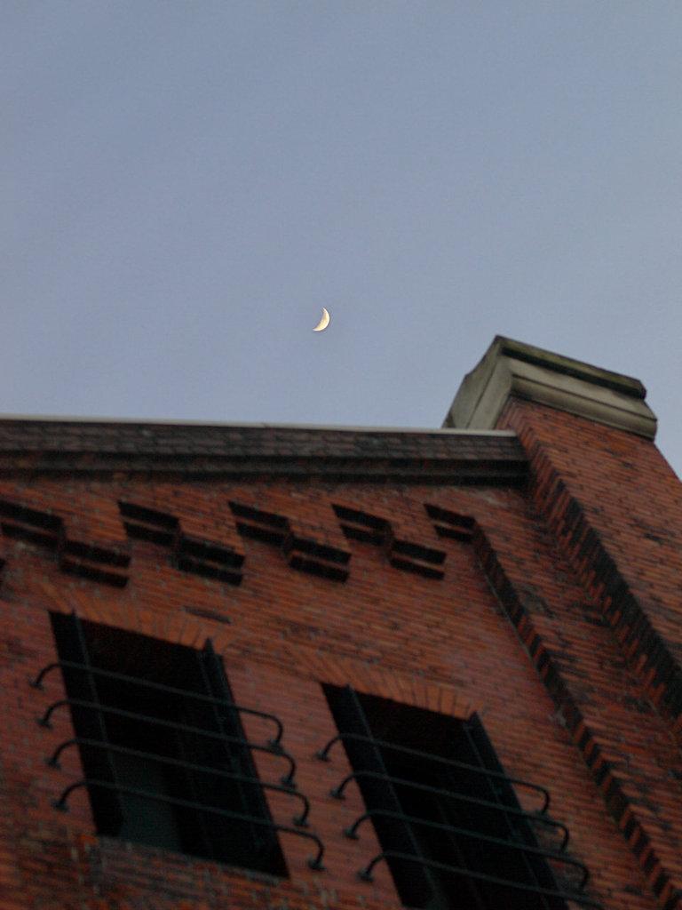月と赤レンガパーク