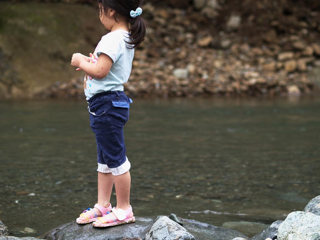 河原で佇む