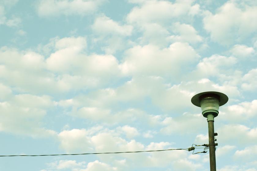 空と雲と街灯