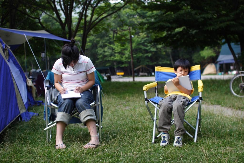 キャンプでお絵かき姉弟2