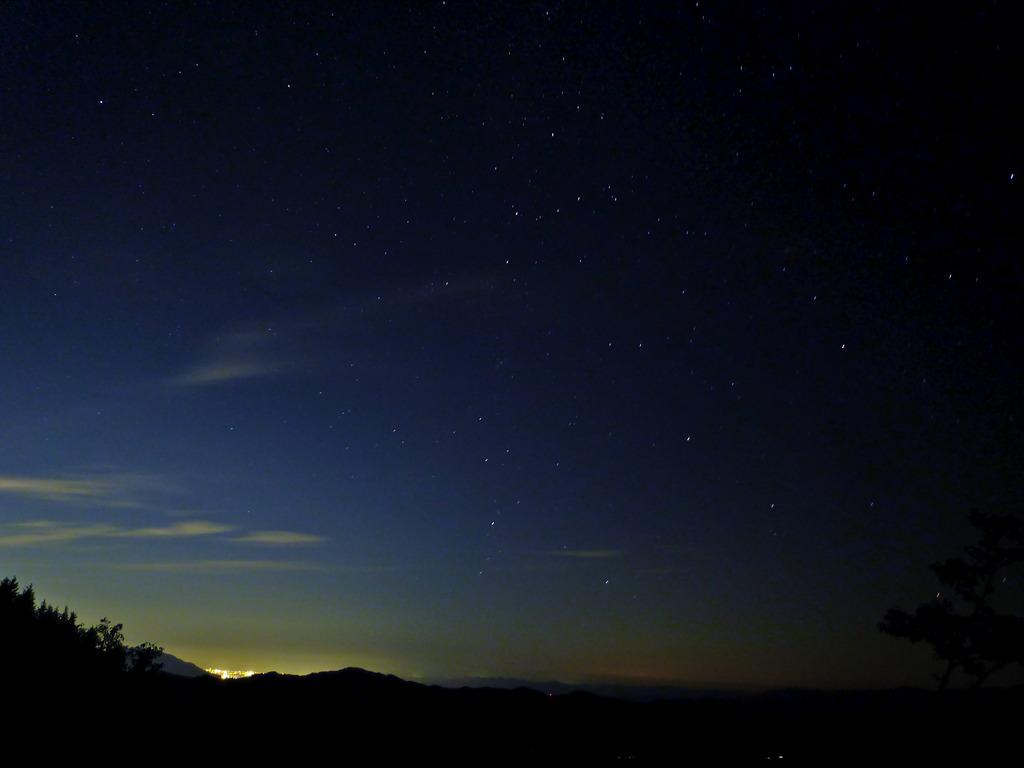 星空と町の明かり