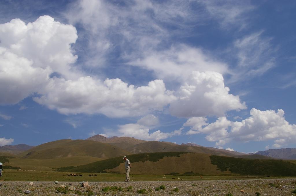 キルギス 歩く人