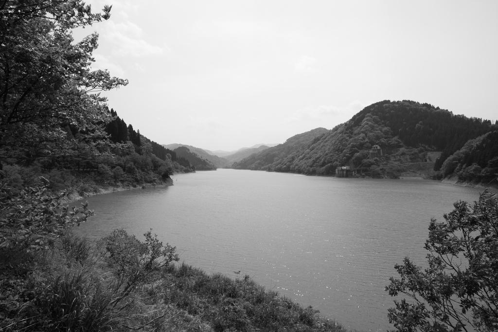 モノクロの手取湖
