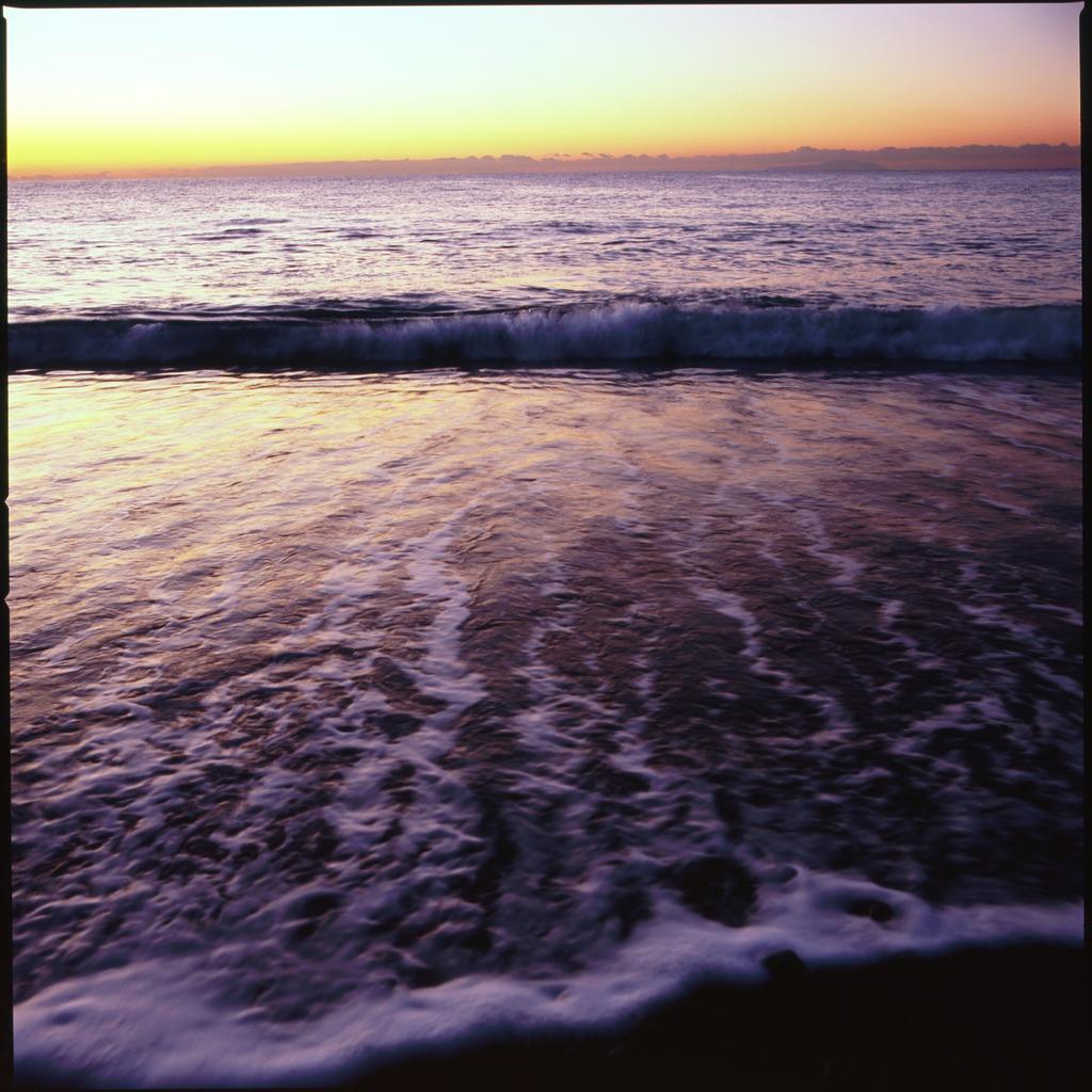 夜明けの西湘の海