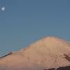 暁の富士と月