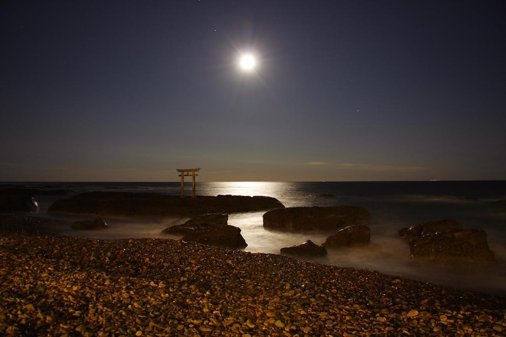 月と磯の景