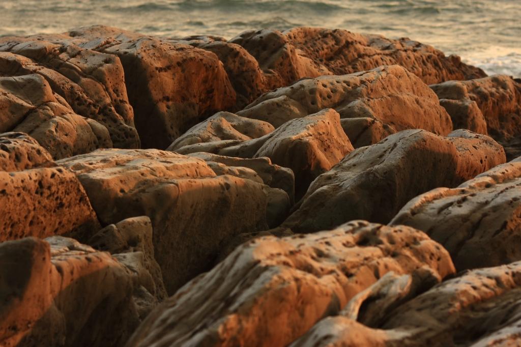夕日を浴びる岩たち4