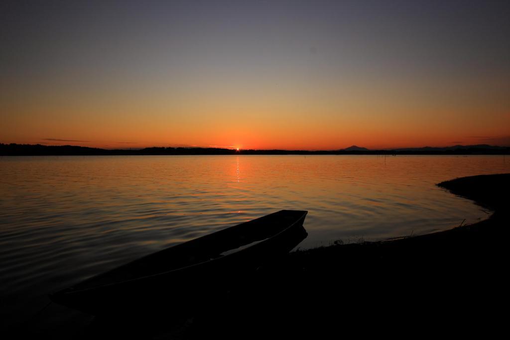 染まる湖面
