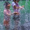 水と戯れる少女達