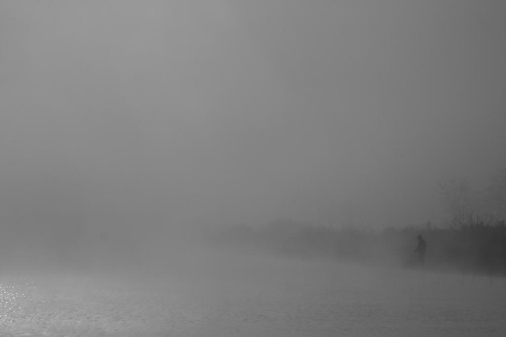 朝靄の釣り人