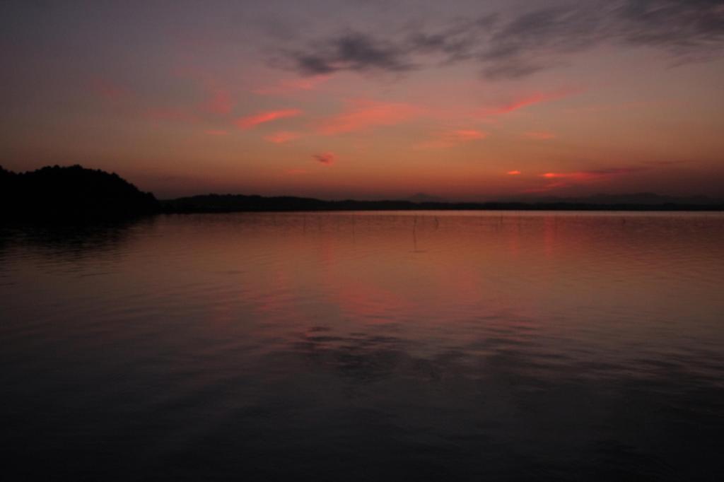 茜色の湖面