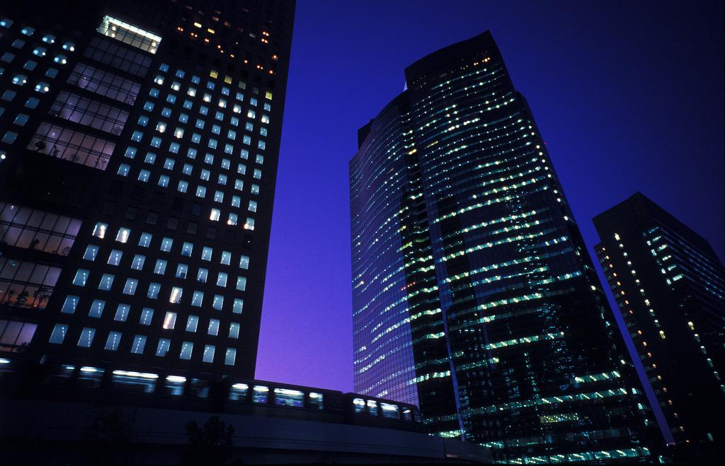 現代都市の夕暮れ