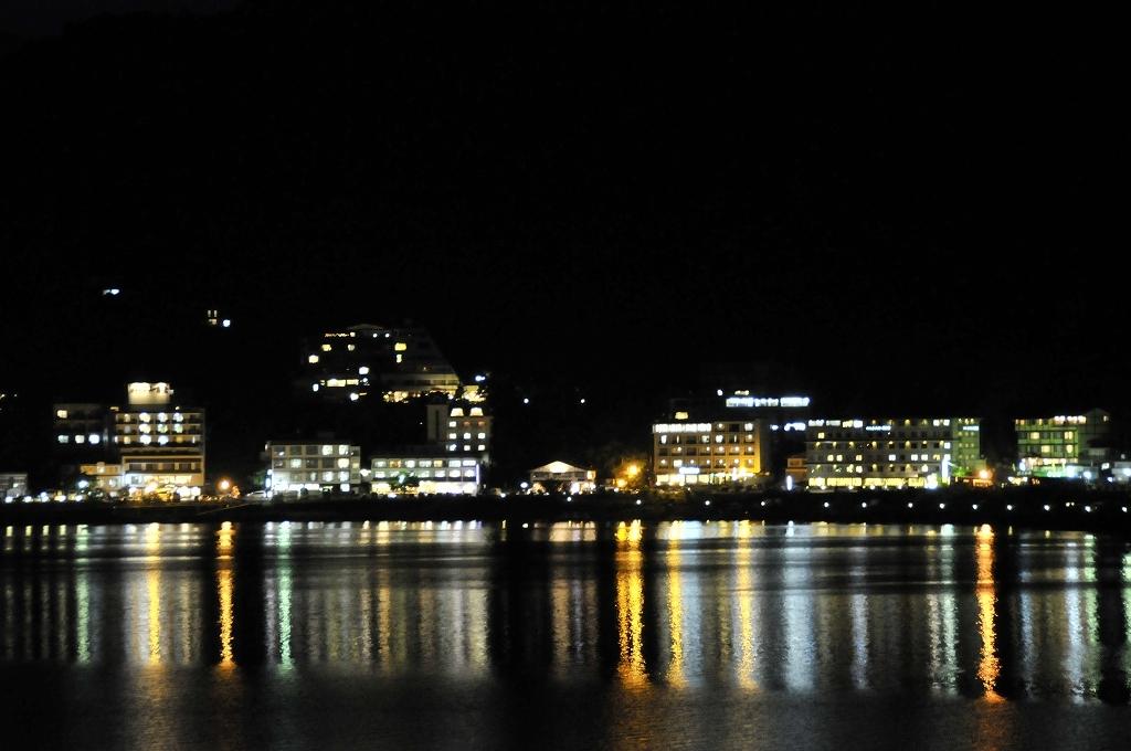 湖と温泉街のネオン