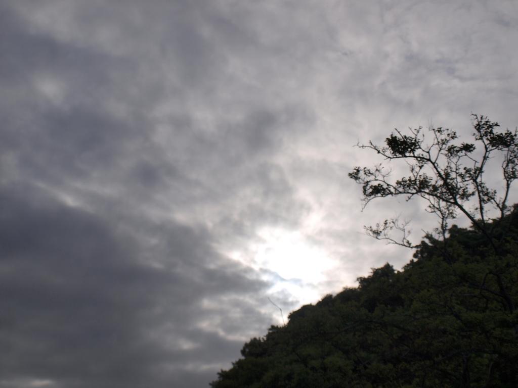 曇り空の隙間から