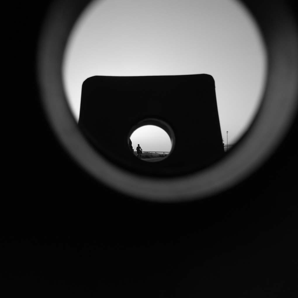 覗き穴の向こう(モノクロ)