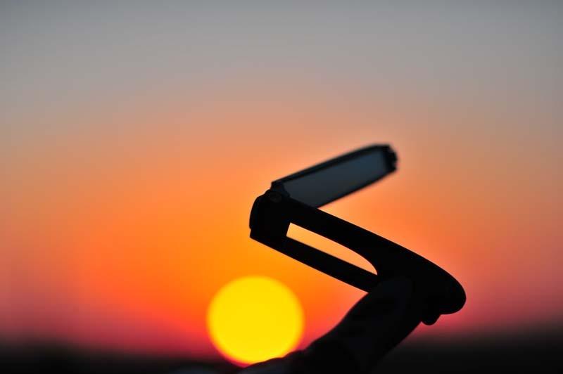 ハンドルの下の夕陽