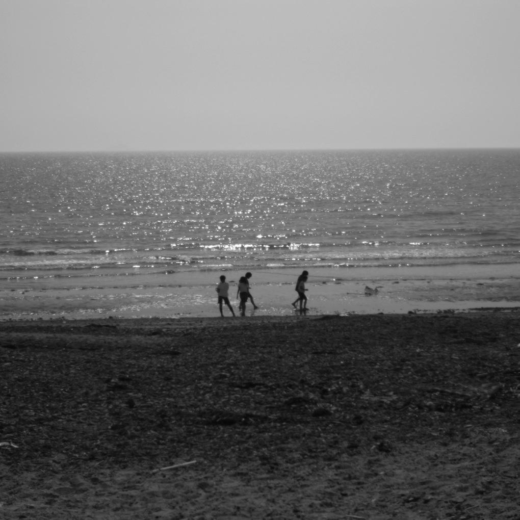 光に海で戯れる子ども達