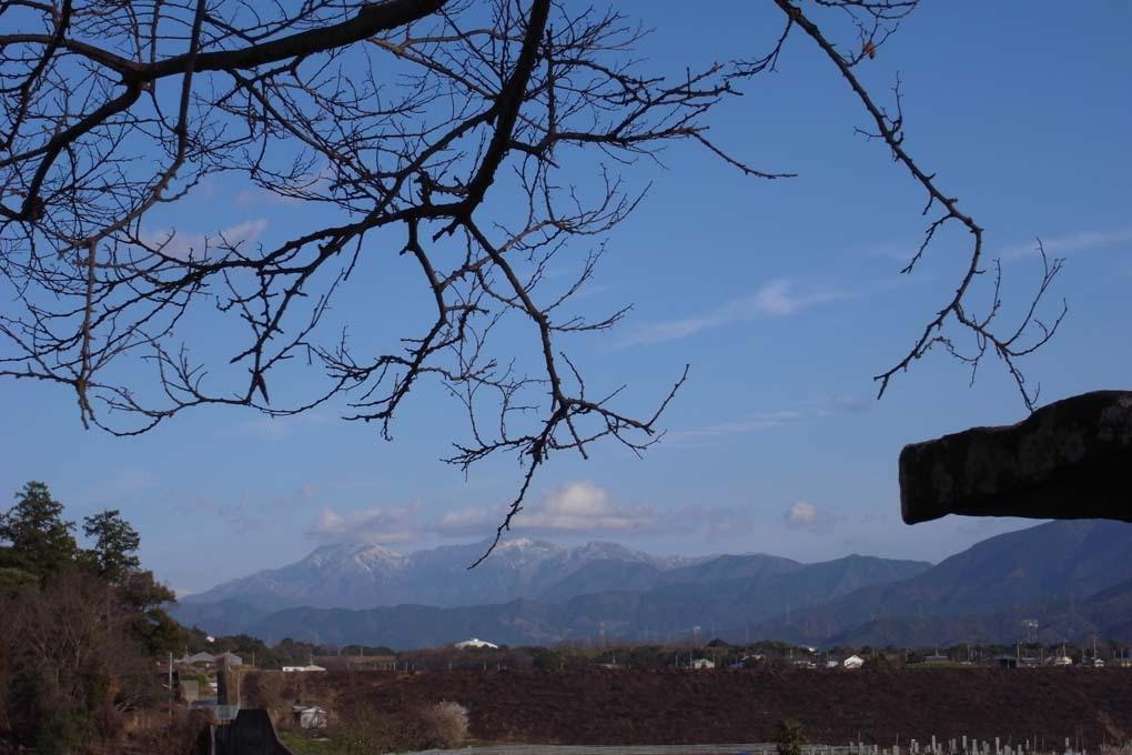 青空に雪をかぶった山脈