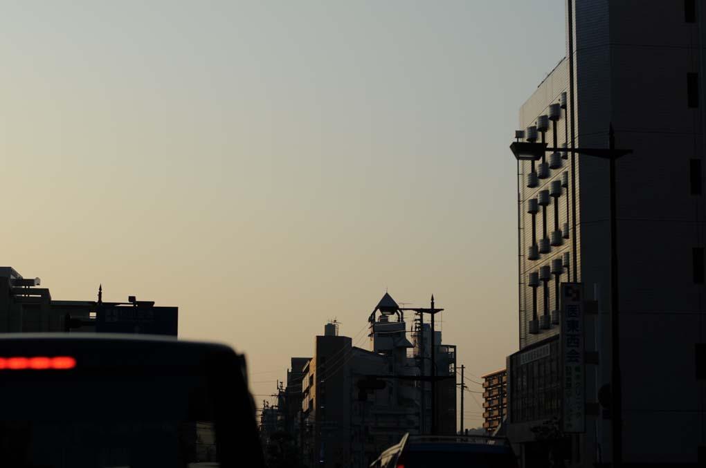 町中から見た夕空