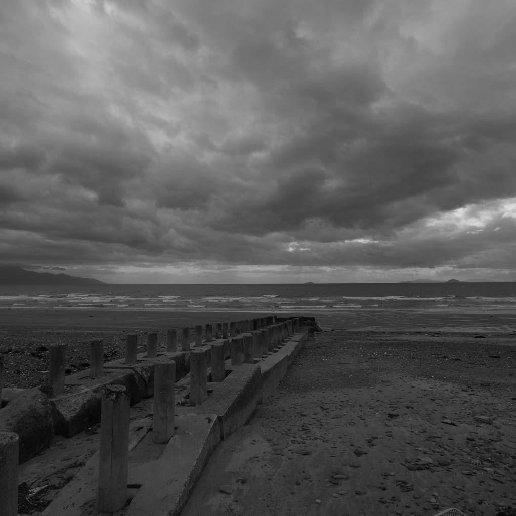 曇り空の海で